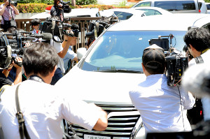 判決後、東京地裁を後にするピエール瀧被告が乗ったとみられる車