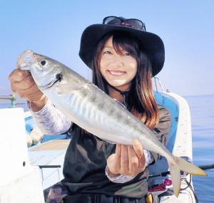 由梨ちゃんが釣った41センチの超大型アジ(弥生丸で)
