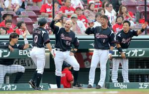 3回2死、左越えソロ本塁打を放った荻野貴司(左から2人目)と笑顔でハイタッチするロッテナイン