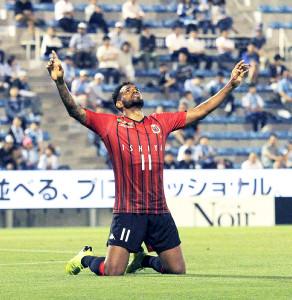 後半40分、2点目のゴールを決めた札幌FWアンデルソンロペスは、両膝をついて喜ぶ(カメラ・砂田秀人)