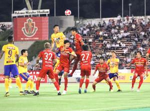 後半、空中で名古屋の選手と競り合うDF常田((左)から4人目=背番号33、カメラ・小林 泰斗)