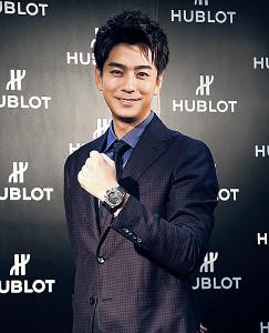 ウブロの高級時計を身につけ笑顔の三浦翔平
