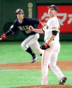 8回1死満塁、小田裕也(左)に中犠飛を打たれたクック(カメラ・池内 雅彦)