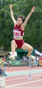 女子走り幅跳びで初優勝を飾った地元・帯広三条の渡辺(カメラ・小林 聖孝)