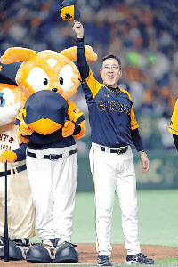 交流戦5カード連続の勝ち越しを決め、ファンの声援に応える原監督(カメラ・泉 貫太)