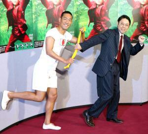 11日に行われた「いだてん」主役リレー会見で中村勘九郎(左)からタスキを受け取った阿部サダヲ