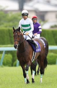 1番人気も2着に敗れ、肩を落として引き揚げる川田将雅騎手鞍上のキセキ(カメラ・渡辺 了文)