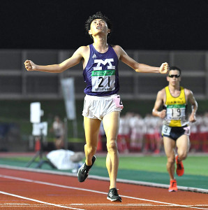 第3組の1着でゴールした明大・前田舜平