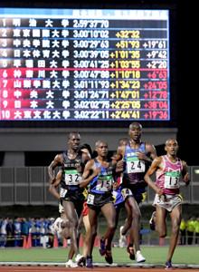 第4組で留学生同士で力走する1着の東京国際大のイェゴン・ヴィンセント(24番)ら