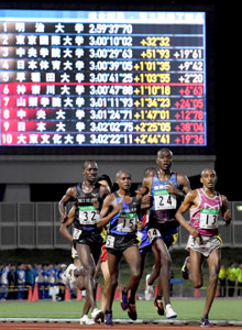 第4組の留学生同士で力走する1着の東京国際大のイェゴン・ヴィンセント(24番)ら