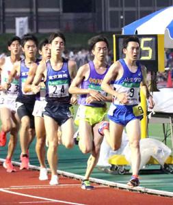 第2組3位の力走を見せた山梨学院大・首藤主将(右)は8000メートルの時点で一時はトップに立った