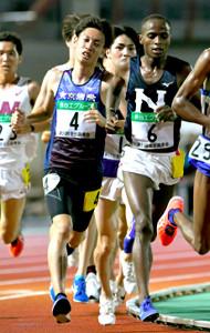 日大のチャールズ・ドゥング(右)と並んで力走する東京国際大・伊藤達彦(カメラ・竜田 卓)