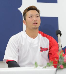 ファン投票で選出され、会見を行う広島・鈴木