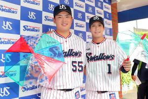 オールスターにファン投票で選出された村上(左)と山田哲(カメラ・佐々木 清勝)