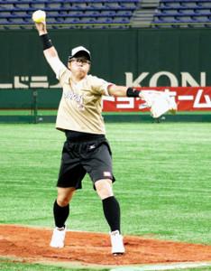 日米対抗第3戦に向け、マウンドで投球練習を行った藤田倭(やまと)