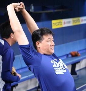 ナゴヤDの一塁ベンチからナインの練習を見守る与田監督