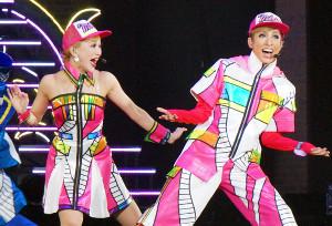 宝塚歌劇花組の横浜アリーナ公演「恋スルARENA」で、自らデザインした衣装で歌うトップスター・明日海りお(右)と、新トップ娘役・華優希