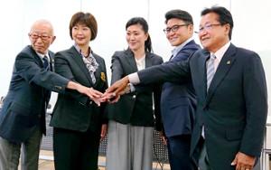ゴルフ日本女子代表のコーチに就任した服部道子氏(中央)。左から永田圭司・対策本部長、小林浩美・強化副委員長、1人おいて丸山茂樹ヘッドコーチ、倉本昌弘強化委員長