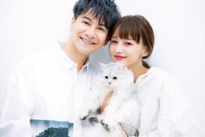 結婚を発表したJOYとわたなべ麻衣。わたなべの愛猫「びょー」とほほ笑ましい3ショット