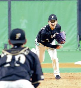 札幌Dで投内連係の練習に取り組む吉田輝