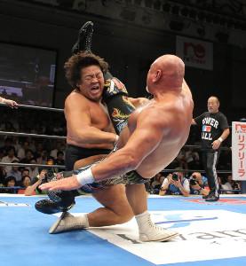 長州力にシャイニングウィザードを決める武藤敬司(右)