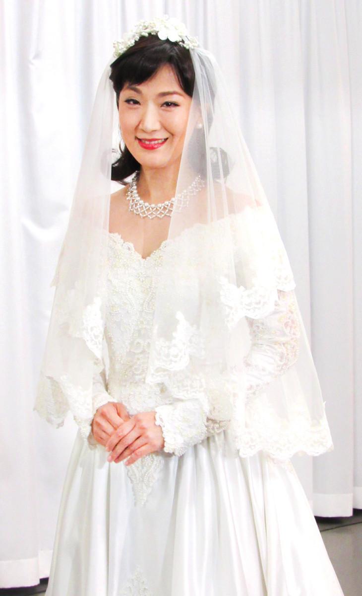 ウェディングドレス姿を披露した市川由紀乃