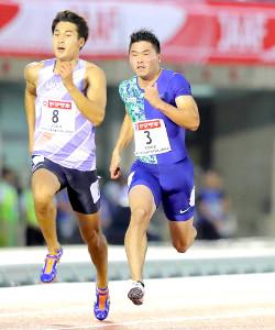 男子100メートル準決勝を力走する小池祐貴(左は飯塚翔太)
