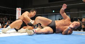 引退試合で藤波辰爾(右)に掟破りの逆ドラゴンスクリューを見舞った長州力