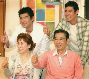 番組で一堂に会した(前列)高島忠夫、寿美花代夫妻(後列右から)高嶋政伸、高嶋政宏兄弟の一家(2006年)