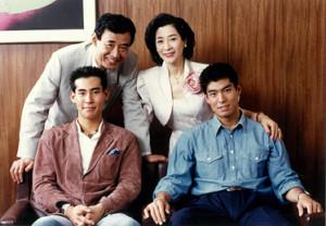 26日に亡くなった高島忠夫さんの家族写真。(前列左から)高嶋政伸、高嶋政宏、(後列同)高島忠夫さん、寿美花代