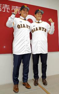 巨人へ移籍し、会見する藤岡貴裕(左)と鍵谷陽平(右)
