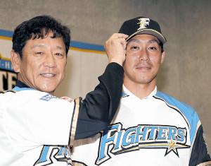 日本ハムに復帰した吉川(右)は栗山監督と入団会見した