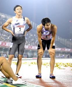膝に手をついて脱力感を漂わせた飯塚翔太(右。左は川上拓也)