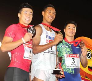 男子100メートル優勝のサニブラウン(中)、2位の桐生(左)、3位・小池