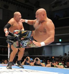 復帰戦で石井智宏に低空ドロップキックをお見舞いする武藤敬司(右)