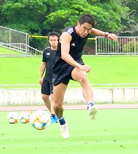 宮崎市内で行った個人キャンプで練習する日本代表MF香川真司