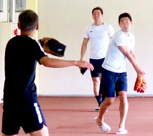 練習前、キャッチボールで体をほぐす香川(後方は浅野=カメラ・星野 浩司)