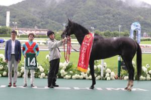 優勝したブレイキングドーンと(左から)中竹和也調教師、田辺裕信騎手(カメラ・成海 晃)