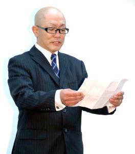 謝罪会見に出席し、謝罪文を読み上げるバンドー太郎