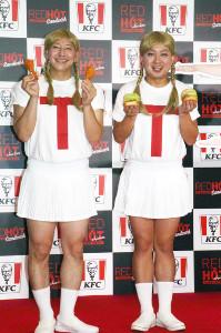 「TT兄弟&TT姉妹 レットホットチキン・サンドPR発表会」に出席したチョコレートプラネット・長田庄平(左)と松尾駿