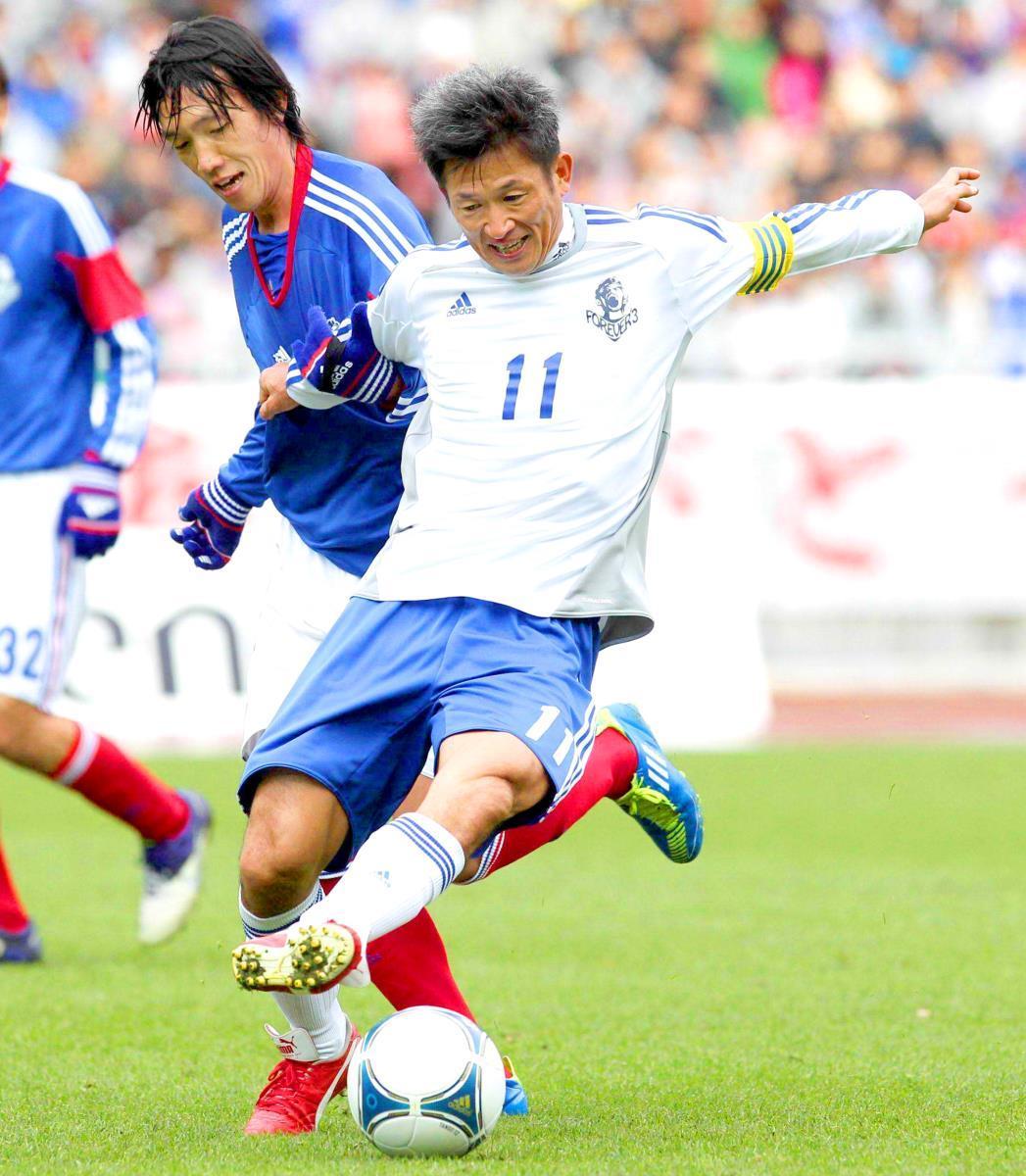 12年1月、松田直樹さんの追憶試合で三浦知良(右)と競り合う中村俊輔