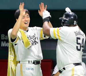 7回1死満塁、中越えへ先制の満塁本塁打を放ったデスパイネ(右から2人目)と笑顔でハイタッチする和田毅(カメラ・岩下 翔太)