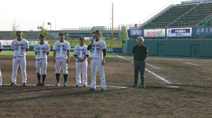 二岡監督は、前期最終戦後のセレモニーでファンにあいさつした
