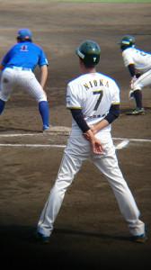 試合中は一塁コーチャーとしてサインを出す