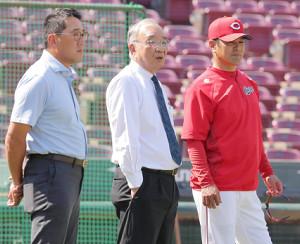 グラウンドで緒方監督(右)、野村謙二郎氏(左)と話す松田オーナー
