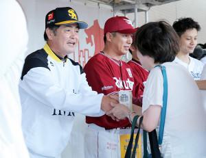 募金活動を行ったソフトバンク・工藤監督(左)と楽天・平石監督