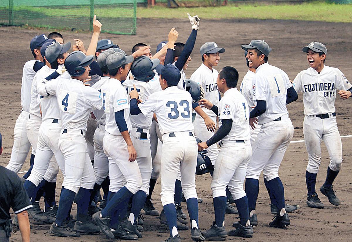 春夏連続で全国大会出場を決めて喜ぶ藤井寺ナイン