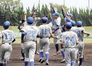 兵庫県1位で選手権出場を決め喜ぶ龍野ナイン