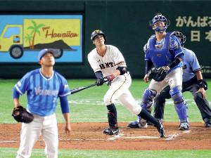 5回1死一塁、若林が左越えに同点2ランを放つ(投手・今永、捕手・戸柱=カメラ・宮崎 亮太)