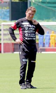 選手の動きを見る札幌のペトロヴィッチ監督
